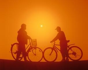 自転車を引く子供のシルエットの写真素材 [FYI03200302]