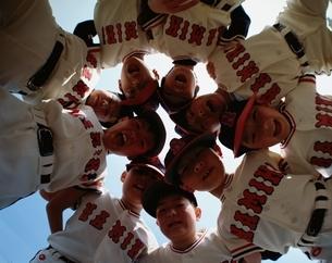 円陣を組む少年野球の子供たちの写真素材 [FYI03200312]