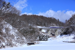 雪の南軽井沢をゆくE2系長野新幹線の写真素材 [FYI03200317]