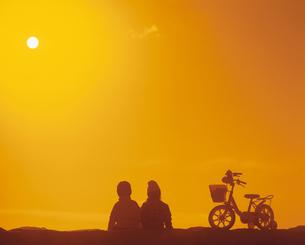 男の子と女の子のシルエットの写真素材 [FYI03200360]