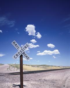 キャスパー近郊の踏切と雲 ワイオミング州 アメリカの写真素材 [FYI03200390]