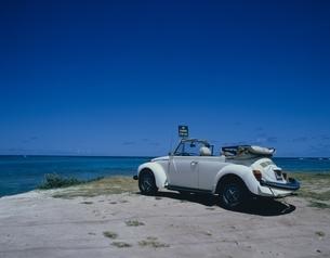 ワイマナロビーチに止まる1台のワーゲンと海 オアフ島 ハワイの写真素材 [FYI03200515]