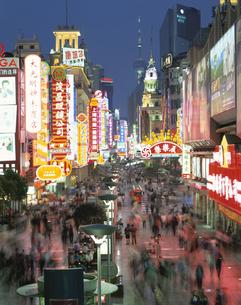 南京路歩行街夜景  上海 中国の写真素材 [FYI03200755]