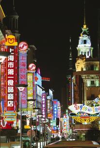 南京路歩行街の夜景  上海 中国の写真素材 [FYI03200770]