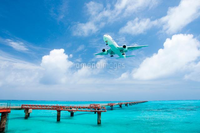 青い海と飛行機 誘導路の写真素材 [FYI03200944]