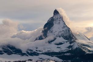 稜線に雲を引くマッターホルンの写真素材 [FYI03200967]