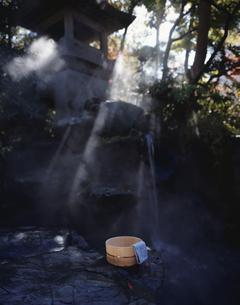 露天温泉に置かれた桶 湯田温泉 長野県の写真素材 [FYI03201027]