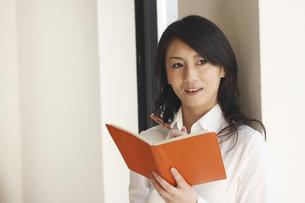 手帳を手にしたビジネスウーマンの写真素材 [FYI03201271]