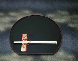 盆と箸の写真素材 [FYI03201447]
