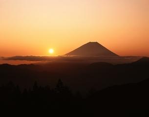 富士山と日の出   増穂町 山梨県の写真素材 [FYI03201526]