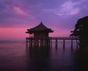 浮御堂の朝の写真素材 [FYI03201619]