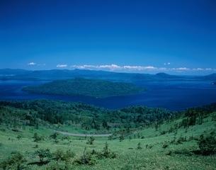 屈斜路湖を望む風景 弟子屈町 北海道の写真素材 [FYI03202101]