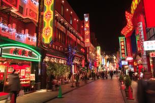 夜の横浜中華街の写真素材 [FYI03202232]