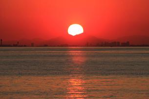 幕張から見る東京湾の夕日の写真素材 [FYI03202336]