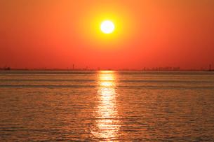 幕張から見る東京湾の夕日の写真素材 [FYI03202341]