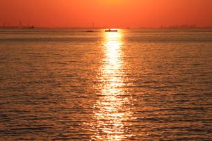 幕張から見る東京湾の夕日の写真素材 [FYI03202342]