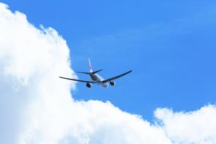 白い雲とジェット機 の写真素材 [FYI03202676]
