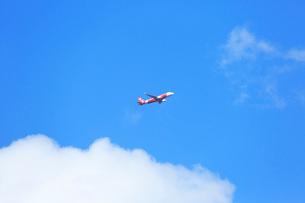 白い雲とジェット機の写真素材 [FYI03202698]