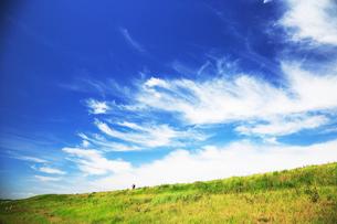 真夏の雲とサイクリングの人の写真素材 [FYI03202751]