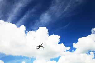白い雲とジェット機の写真素材 [FYI03202752]