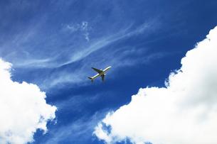 白い雲とジェット機の写真素材 [FYI03202755]