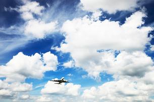 白い雲とジェット機の写真素材 [FYI03202757]