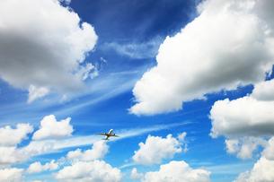 白い雲とジェット機の写真素材 [FYI03202761]