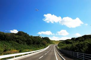 白い雲とジェット機の写真素材 [FYI03202770]