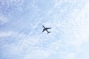 白い雲とジェット機 の写真素材 [FYI03202844]