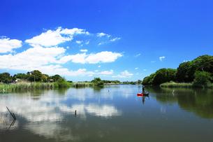 水辺,青空,雲,釣り人の写真素材 [FYI03202957]