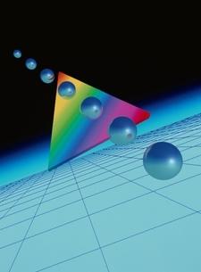 虹色の三角形と球体 CGの写真素材 [FYI03203007]