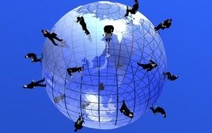 地球儀を歩くビジネスマンのネットワーク CGのイラスト素材 [FYI03203088]