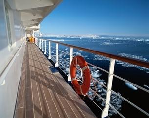 南極クルーズ船と浮氷の写真素材 [FYI03203172]