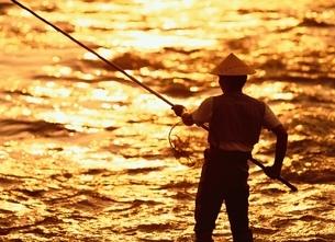 鮎釣りをする男性のシルエット 坂城町 長野県の写真素材 [FYI03203319]