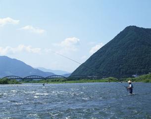 千曲川にてアユ釣りをする人物 坂城町 長野県の写真素材 [FYI03203323]