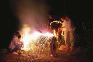花火遊びをする人達の写真素材 [FYI03203357]