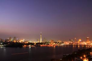 ナイル川とカイロの街並み夜景の写真素材 [FYI03203591]