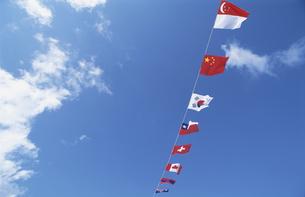 青空と世界の国旗の写真素材 [FYI03203617]