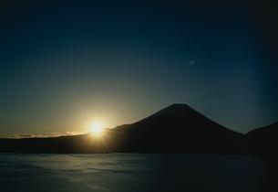 富士山と日の出 11月 本栖湖 山梨の写真素材 [FYI03203650]