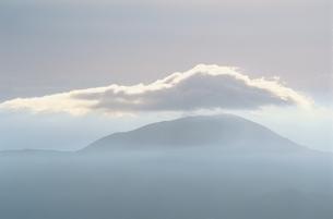 乗鞍岳山腹にかかる雲 10月 長野県の写真素材 [FYI03203665]