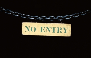 鎖についた標識(NO ENTRY)の写真素材 [FYI03203885]