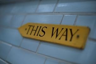 順路の標識(THIS WAY)の写真素材 [FYI03203887]