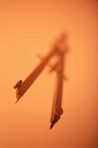 コンパス(オレンジ色)のアップの写真素材 [FYI03203902]