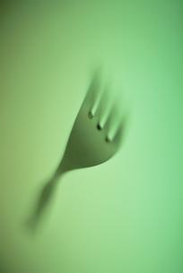フォーク(緑色)のアップの写真素材 [FYI03203912]