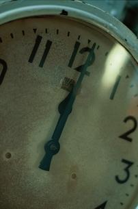 12時を指す時計のアップの写真素材 [FYI03203958]