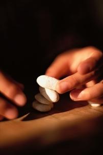 石を重ねる人物の手の写真素材 [FYI03203961]