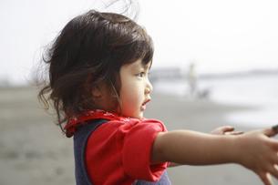 海岸で遊ぶ女の子の写真素材 [FYI03204114]