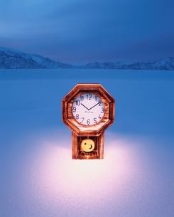 凍み渡る雪原と時計  魚沼 新潟県の写真素材 [FYI03204529]