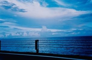 夏の海と雲の夕景 江ノ島海岸 神奈川県の写真素材 [FYI03204530]