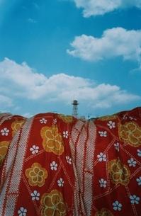 布団と給水塔の写真素材 [FYI03204557]